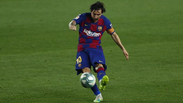 Barcelona's Lionel Messi kicks the ball during the Spanish La Liga soccer match between FC Barcelona and Athletic Bilbao at the Camp Nou stadium in Barcelona, Spain, Tuesday, June 23, 2020. (AP Photo/Joan Monfort)