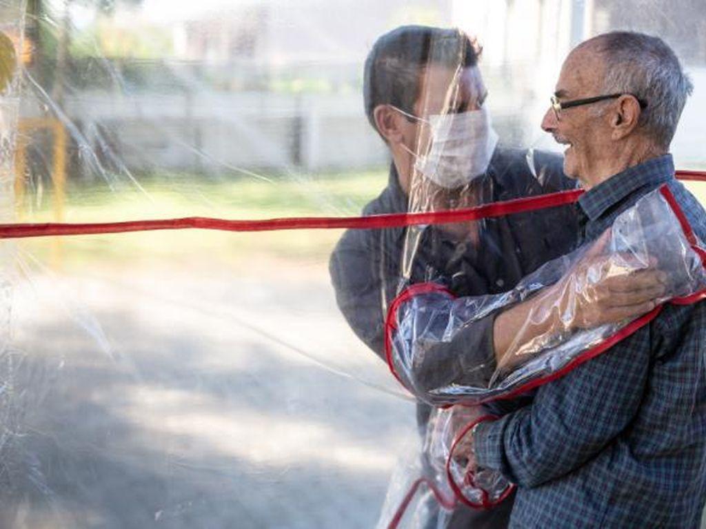 Panti Jompo Ini Ciptakan Bilik Pelukan untuk Obati Rindu Saat Pandemi