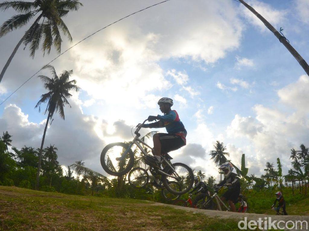 Mengintip Aksi Anak-anak Penggila BMX Minicross di Pangandaran