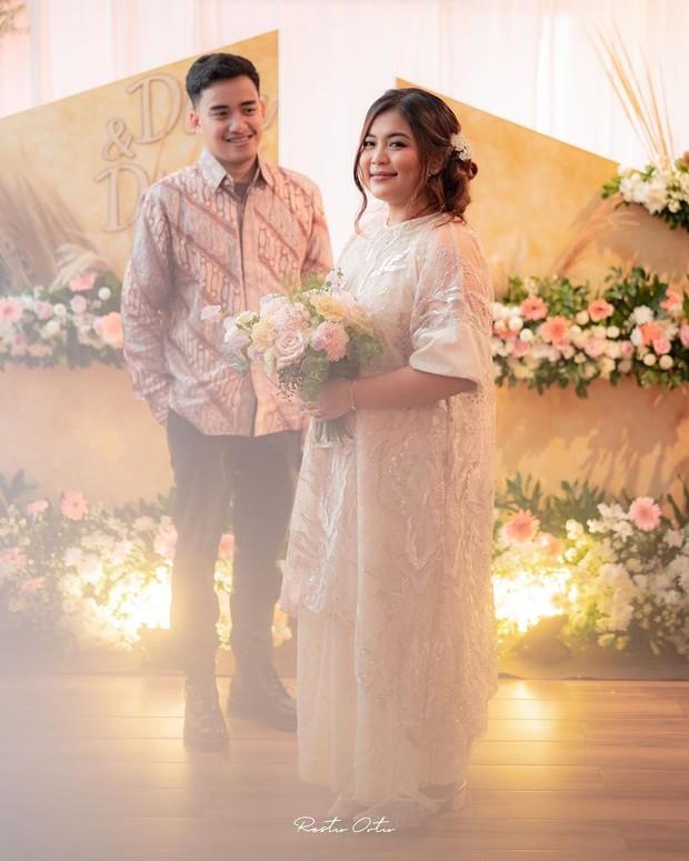 Ardinhai dan sang tunangan, Dhino Aryo, tampil serasi di hari pertunangan