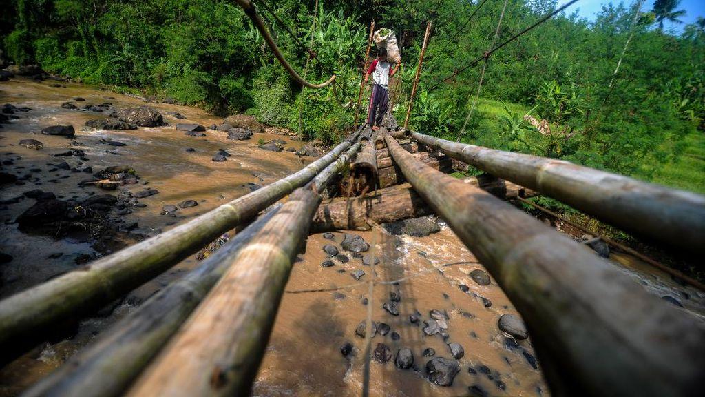 Duh, Jembatan Penghubung Desa di Bandung Ini Rusak Parah