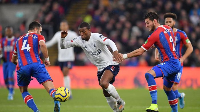 LONDON, ENGLAND - NOVEMBER 23: Georginio Wijnaldum of Liverpool battles for possession with Joel Ward and Luka Milivojevic of Crystal Palace  during the Premier League match between Crystal Palace and Liverpool FC at Selhurst Park on November 23, 2019 in London, United Kingdom. (Photo by Justin Setterfield/Getty Images)