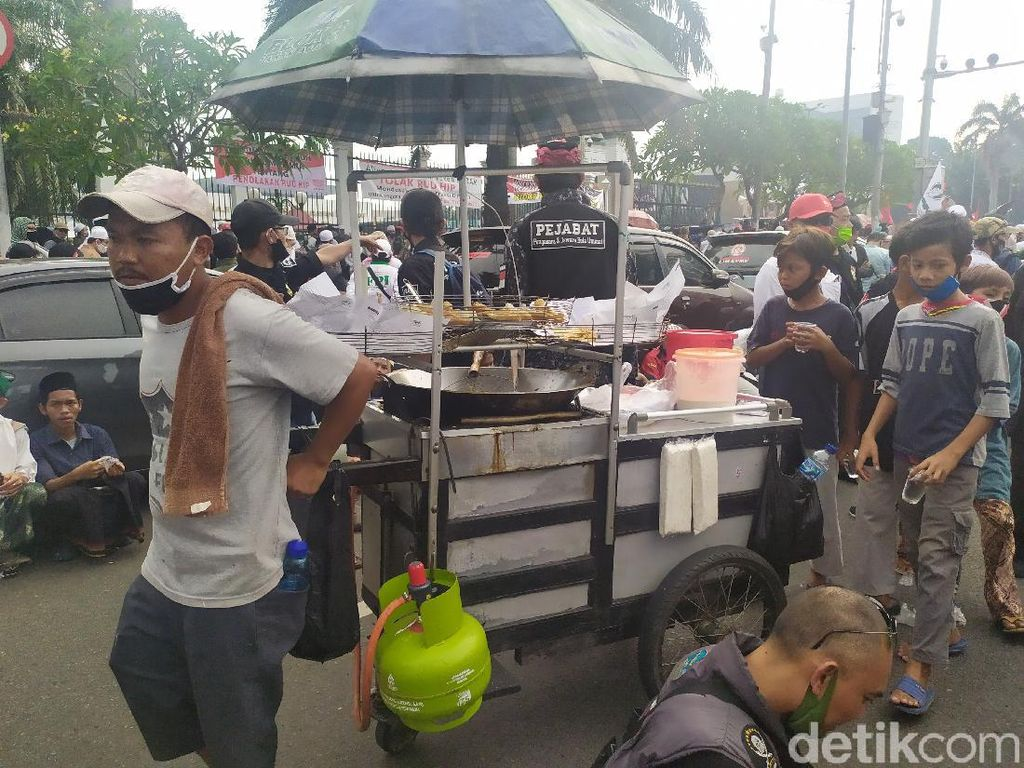 PKL Ramai di Tengah Kerumunan Aksi Massa PA 212 dkk Depan Gedung DPR