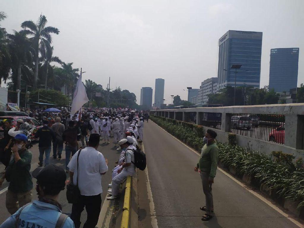 Massa PA 212 dkk Padati Jalan Depan Gedung DPR, Polisi Tutup Arus Lalin