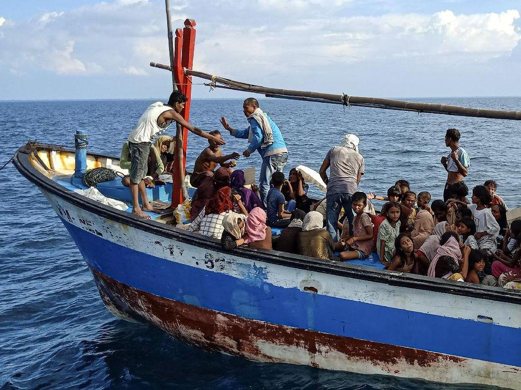 94 Pengungsi Rohingya yang Diselamatkan di Aceh Belum Diizinkan ke Daratan