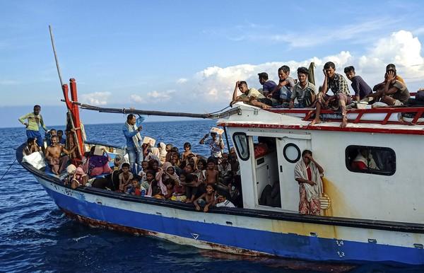 Puluhan pengungsi etnis rohingya terdampar sekitar 4 mil dari pesisir pantai kawasan Aceh. Selain orang dewasa, sejumlah anak terlihat di dalam rombongan itu.