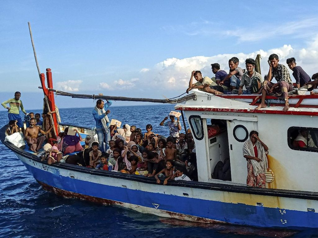 Warga Bawa ke Darat-Patungan Beri Makan 94 Pengungsi Rohingya di Aceh