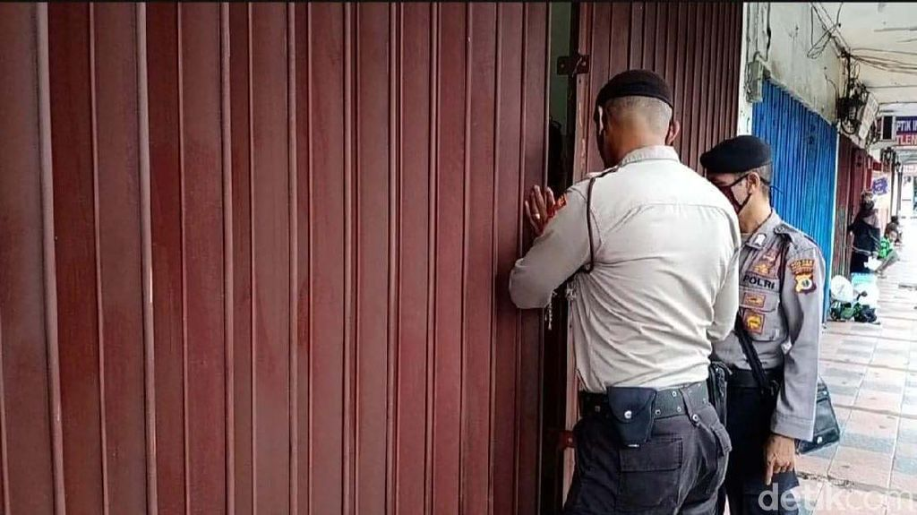 PSBB di Ambon, Petugas Tutup Toko yang Bandel