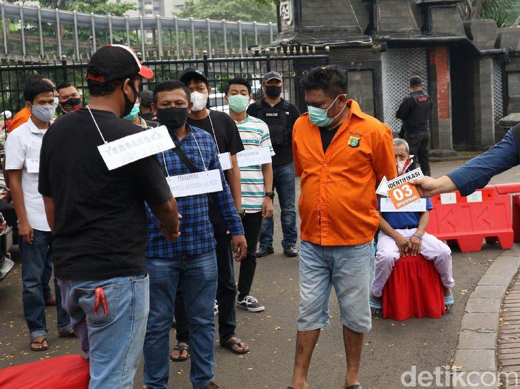 John Kei Pakai Peran Pengganti di Pra Rekonstruksi Kasus Penyerangan