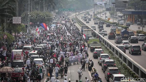 Massa aksi dari Persaudaraan Alumni (PA) 212 dan sejumlah ormas Islam memadati depan gedung DPR RI.