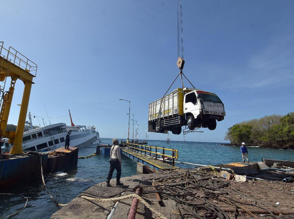 Truk-Mobil Dievakuasi dari Kapal Tenggelam di Pelabuhan Bali