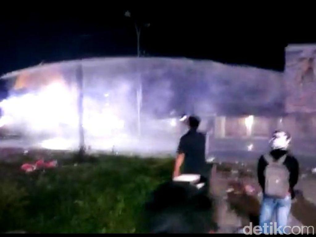 Demo Tolak TKA China di Sultra Berakhir Lempar Batu dan Tembakan Gas Air Mata