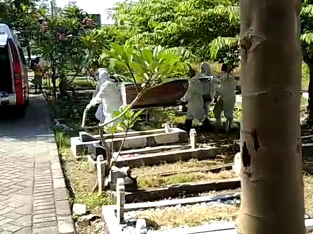 Keluarga Kaget dan Sesalkan Kejadian Jenazah Tertukar di Surabaya