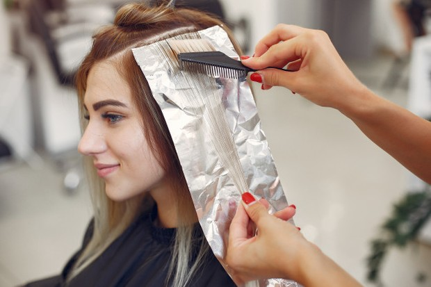 Mewarnai rambut dengan bantuan teman agar hasil lebih rapi
