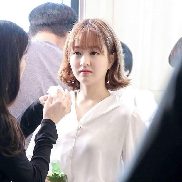 Salah satu rahasia wajah Park Bo Young awet muda dan glowing adalah menggunakan sunscreen.