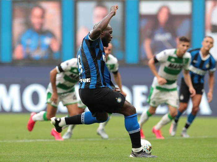 MILAN, ITALY - JUNE 24:  Romelu Lukaku of FC Internazionale scores from a penalty kick during the Serie A match between FC Internazionale and US Sassuolo at Stadio Giuseppe Meazza on June 24, 2020 in Milan, Italy.  (Photo by Emilio Andreoli/Getty Images)