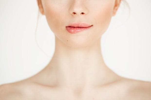Coconut oil menghidrasi bibir, membuatnya lembut dan halus
