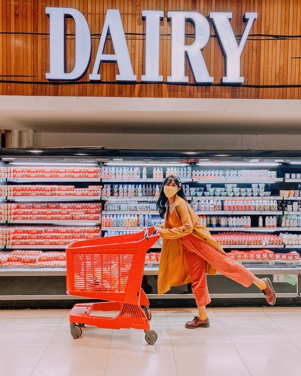 Potret stylish Kadek Arini saat berbelanja