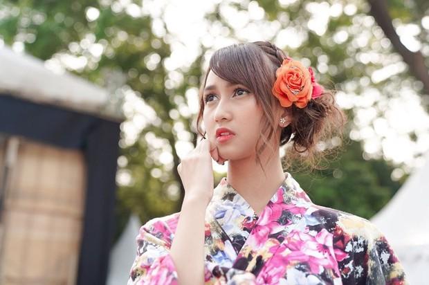 Stefi JKT48 juga sempat tampil dengan kimono. Pakaian tradisional asal Jepang itu dipenuhi motif bunga