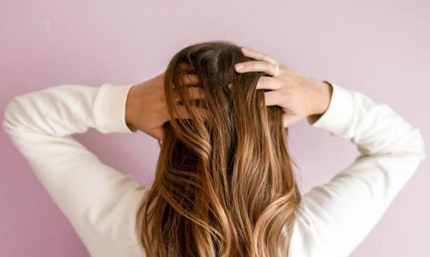 Coconut oil adalah cara alami yang ampuh memperkuat rambut serta mengatasi beragam masalah seperti rambut rontok, ketombe, dan kerusakan rambut