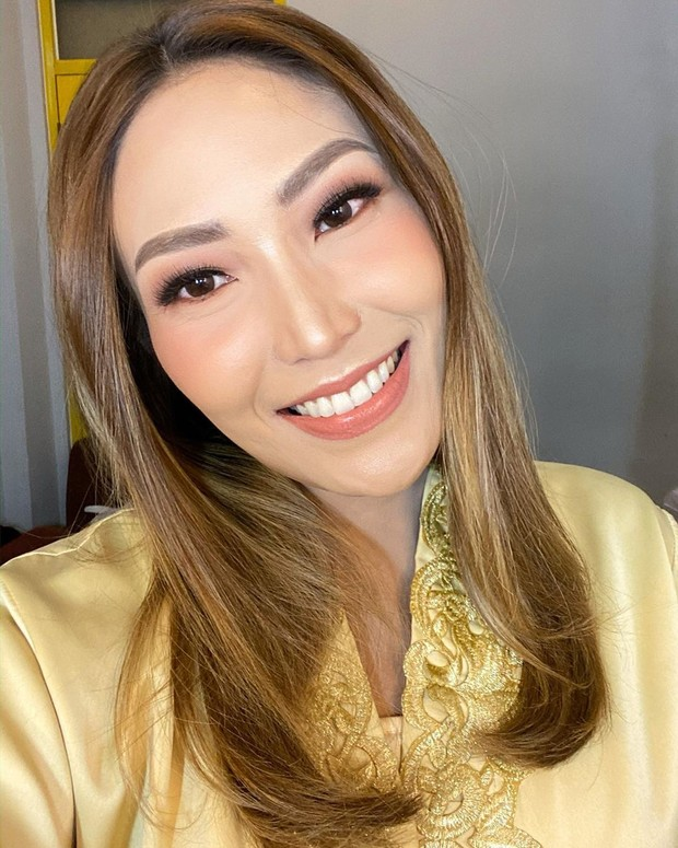 Ayu Dewi memiliki bentuk wajah oval sehingga tak perlu conturing atau shading berlebihan untuk terlihat lebih tirus.