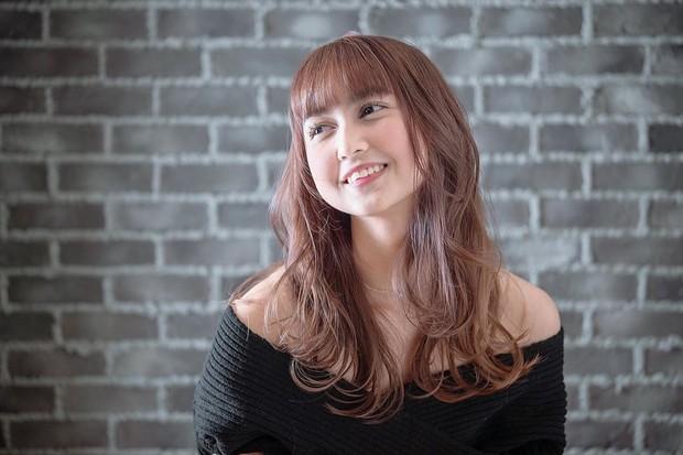 Stefi JKT48 mencoba tampil dengan rambut berponi. Penampilannya tersebut membuat perempuan berusia 20 tahun itu tampak sangat cute