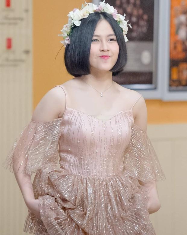 Kyla JKT48 memakai mahkota bunga saat manggung