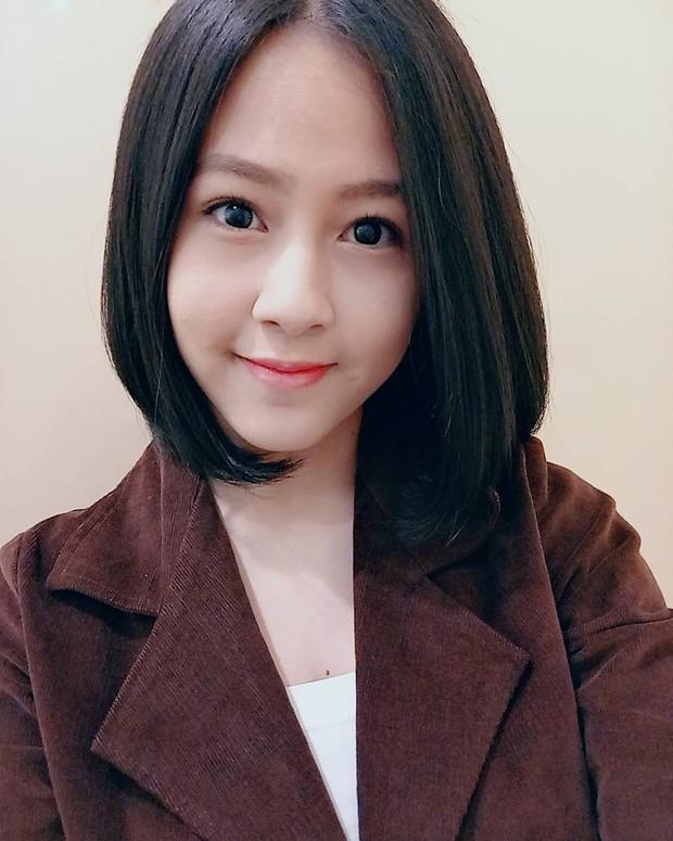 Kyla JKT48 memakai blazer cokelat