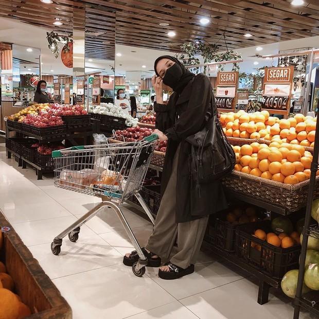 Soraya Ulfa tampil dengan outfit monochrome saat berbelanja mengenakan masker