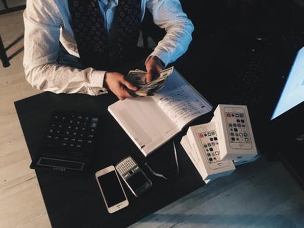 Mengatur keuangan dilakukan dengan memantau terus jumlah uang yang masuk harus lebih besar daripada jumlah uang yang keluar.