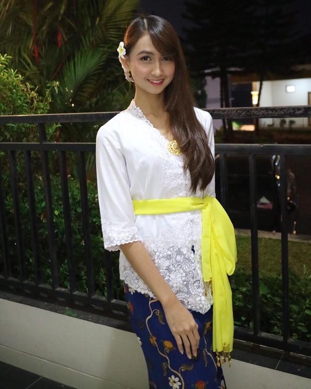 Stefi JKT48 tidak juga berkurang ketika menggunakan kebaya tradisional