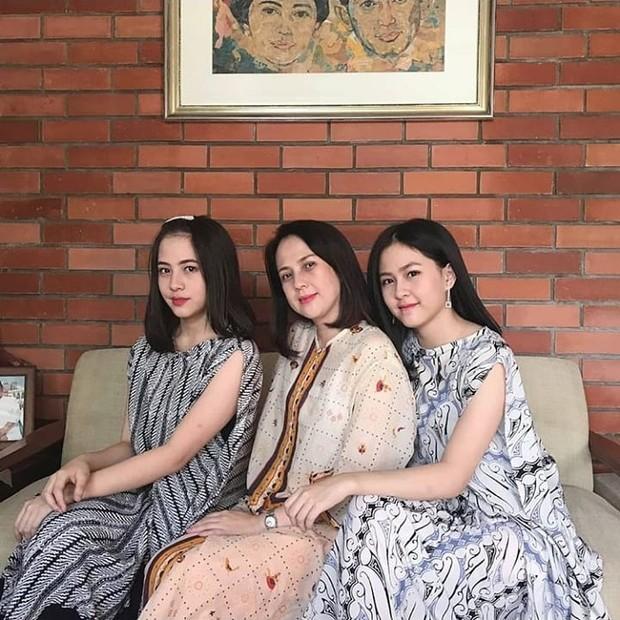 Foto bareng sekeluarga, ibu dan kedua putrinya