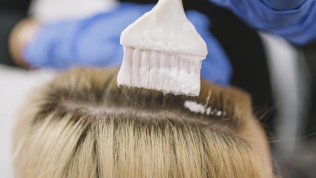 Mewarnai rambut dari akar ke ujung rambut