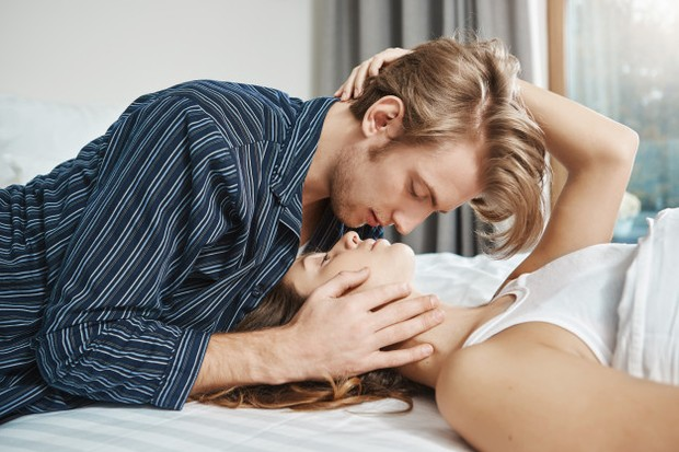 sentuhan antara suami dan istri.