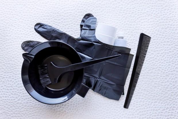 Mempersiapkan peralatan untuk mewarnai rambut dI rumah