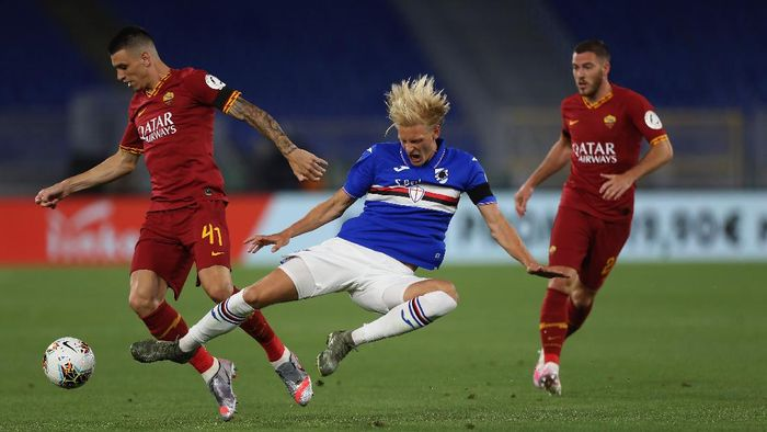 ROME, ITALY - JUNE 24:  Morten Thorsby of UC Sampdoria and Roger Ibanez of AS Roma compete for the ball during the Serie A match between AS Roma and UC Sampdoria at Stadio Olimpico on June 24, 2020 in Rome, Italy.  (Photo by Paolo Bruno/Getty Images)