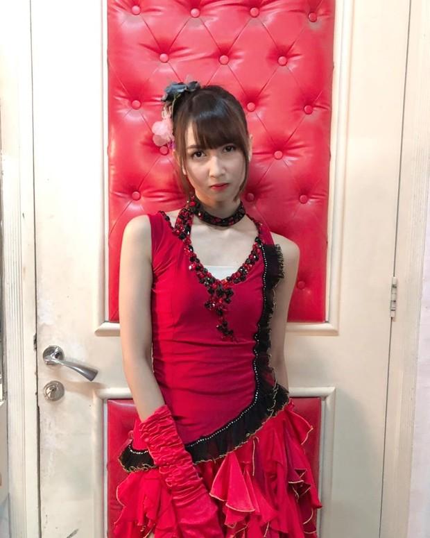 Ketika menjalankan tugasnya, Stefi selalu mengenakan kostum penuh warna seperti dress merah dengan kombinasi hitam ini.