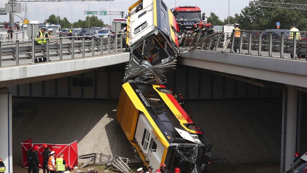 Bus di Polandia Terjun Bebas dari Flyover