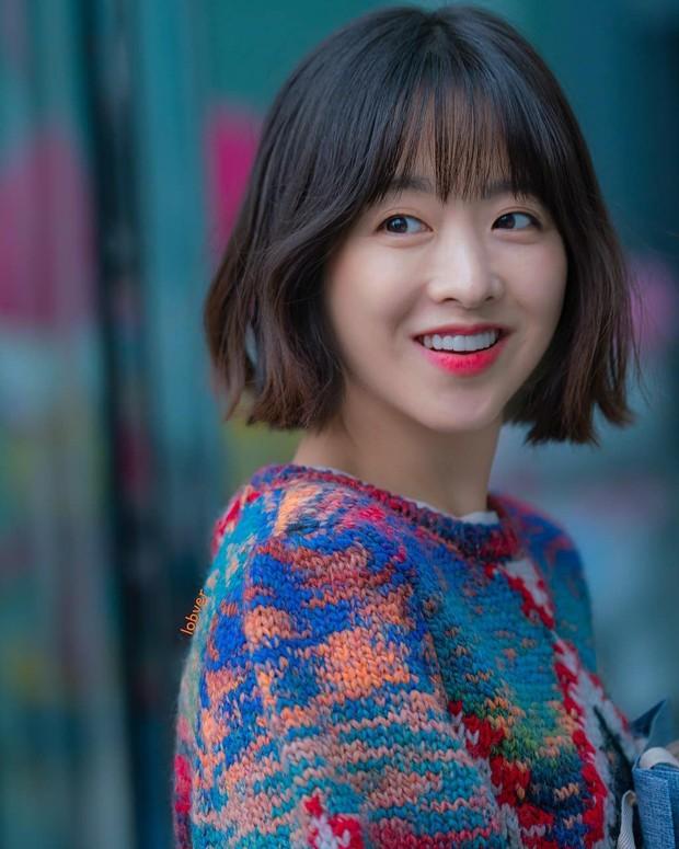 Park Bo Young menggunakan moisturizeragar kulitnya tetap lembap dan menjaga elastisitas kulit.