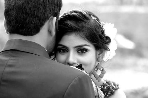 Suami dan istri yang baru menikah tampak sangat bahagia dalam balutan baju pernikahannya.
