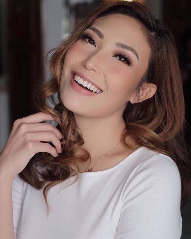 Makeup Ayu Dewi ampak flawless, natural, juga mempesona dalam berbagai kesempatan.