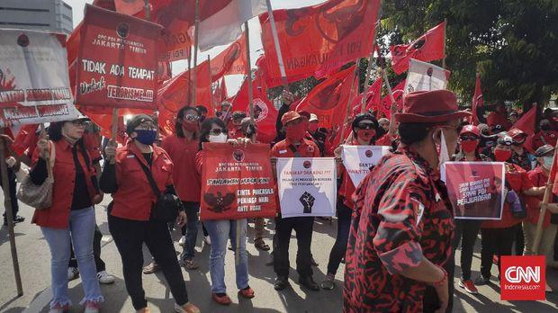 Sejumlah orang yang mengaku kader Partai Demokrasi Indonesia Perjuangan (PDIP) cabang Jakarta Timur berkumpul di depan Halte Gang Kelor, Jalan Matraman Raya, Jakarta Timur sejak pukul 13.00