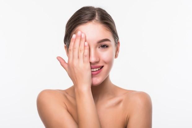 Coconut oil memberikan perlindungan terhadap efek buruk sinar UV dan menunda proses penuaan kulit sehingga kulitmu tetap awet muda