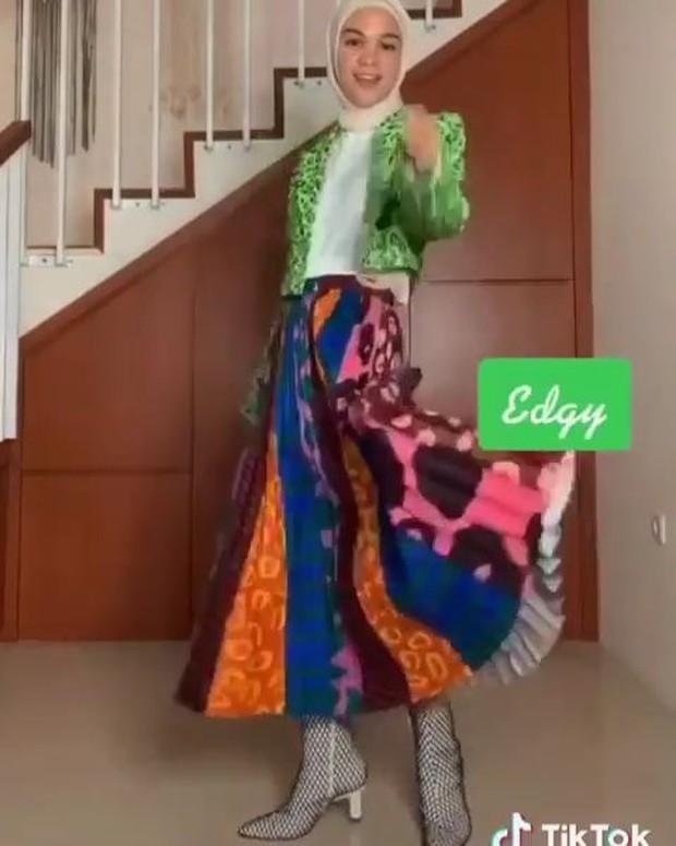 Style edgy dengan jaket dan rok pattern