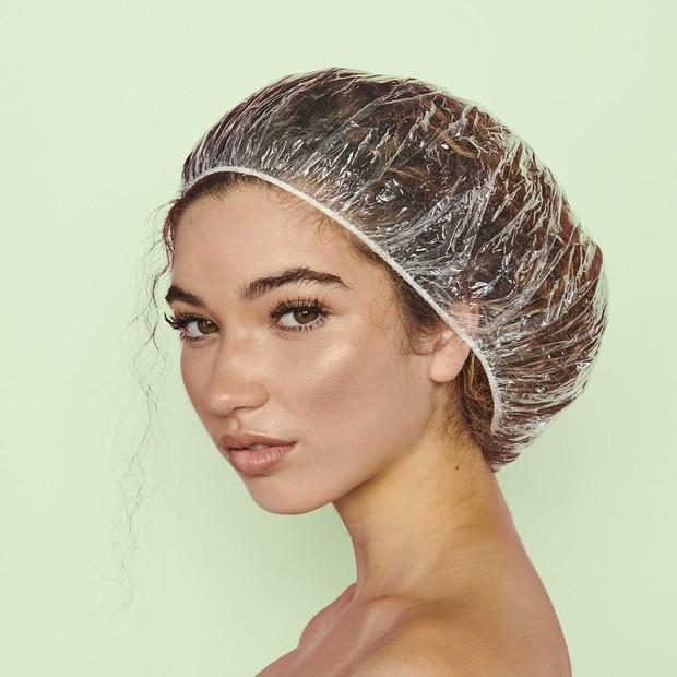 Menggunakan shower caps saat proses pengeringan setelah mewarnai rambut