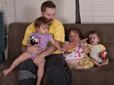 Kisah Ibu Termungil Nekat Hamil & Lahirkan 3 Anak Meski Mengancam Jiwanya