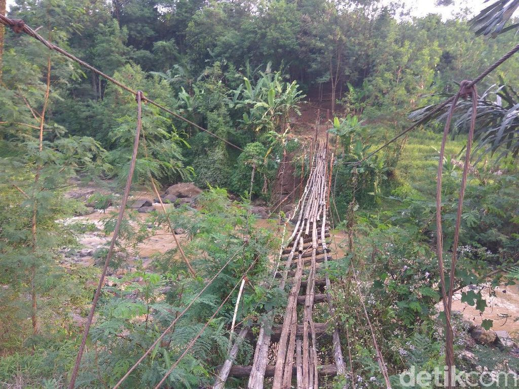 Jembatan Gantung Penghubung 2 Desa di Bandung Barat Rusak Parah