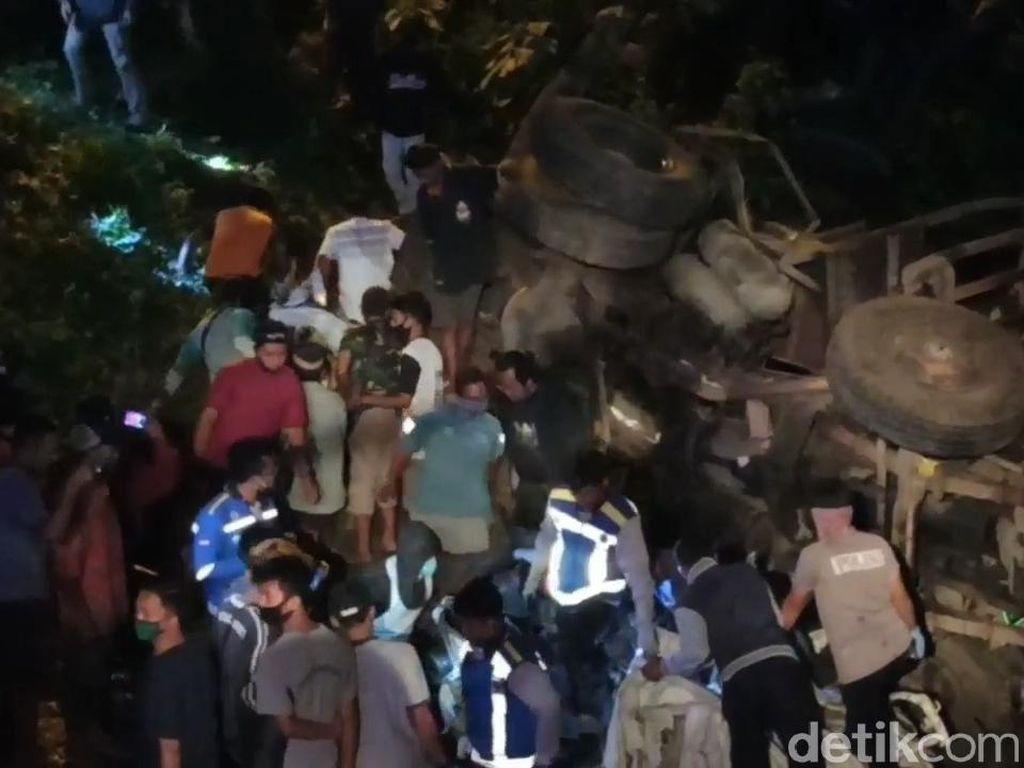 Korban Tewas Kecelakaan Truk dan Pikap Terjun ke Sungai Warga Surabaya