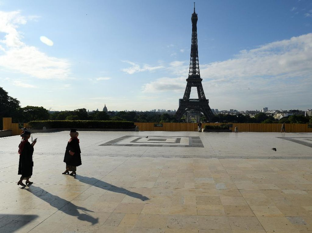 Intip Dulu Potret Menara Eiffel Sebelum Dicat Keemasan