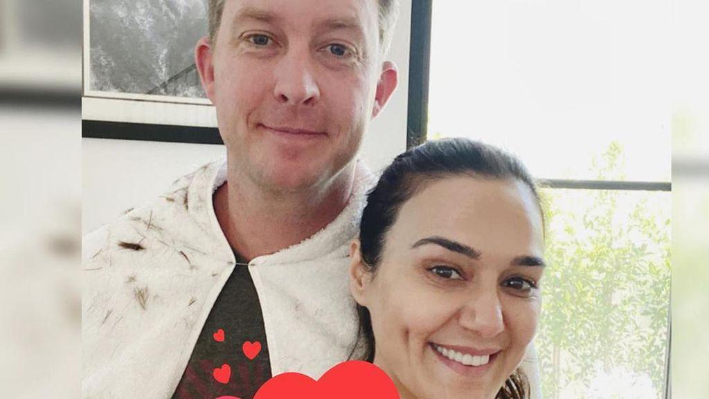 Foto: Kemesraan Preity Zinta dengan Suami yang Karantina Bersama 104 Hari